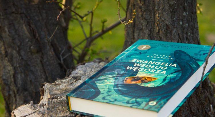 Zdjęcie książki Ewangelia Według węgorza - której autorem jest Patrik Svensson - na pniu